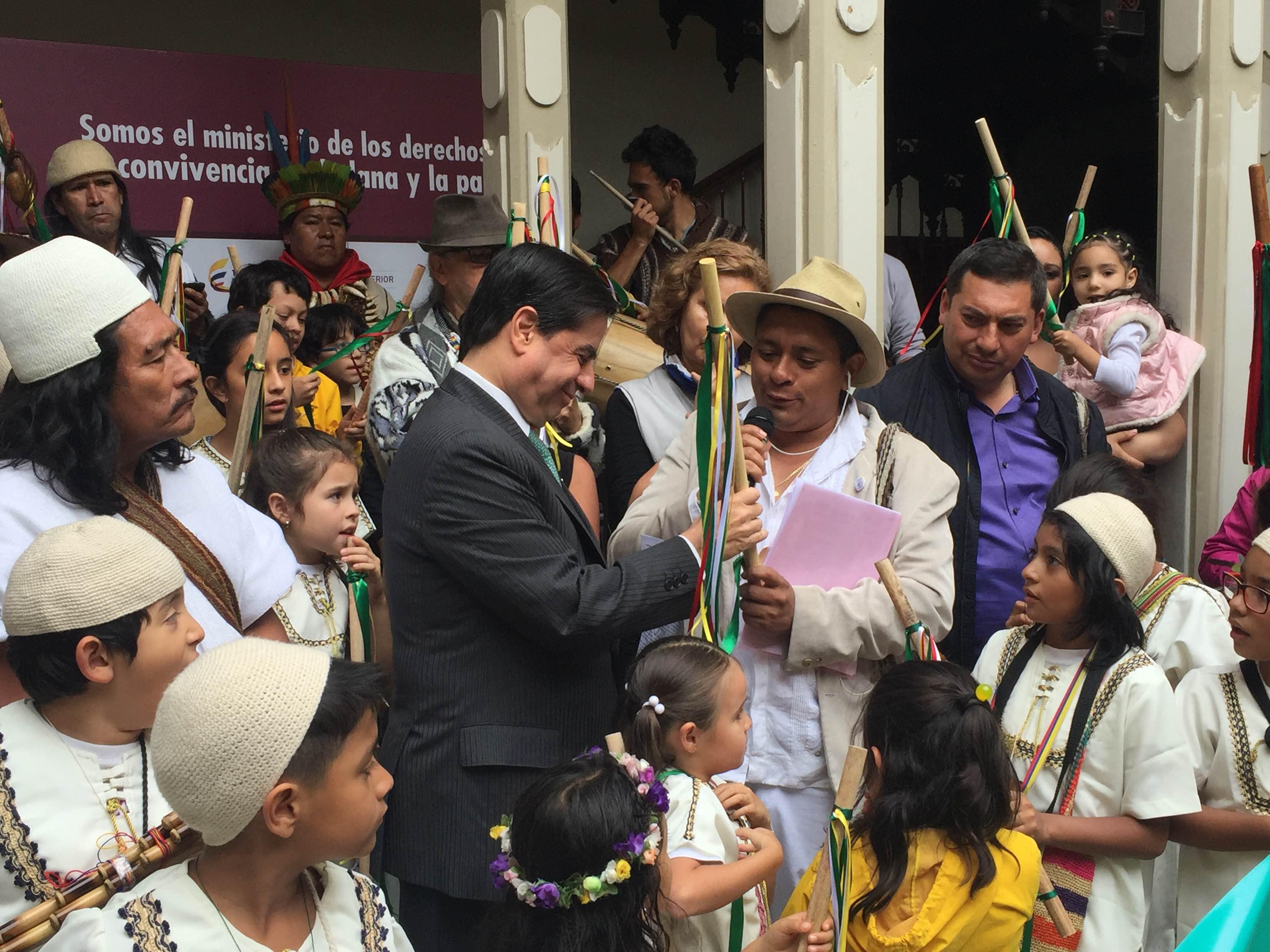 Con entrega del bastón de la Paz al Ministro del Interior, Pueblos Indígenas reiteran su vocación histórica de paz y apoyo al Sí a la Paz